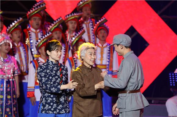 8民歌会上的情景表演唱《十送红军》。通讯员 赵琴 摄