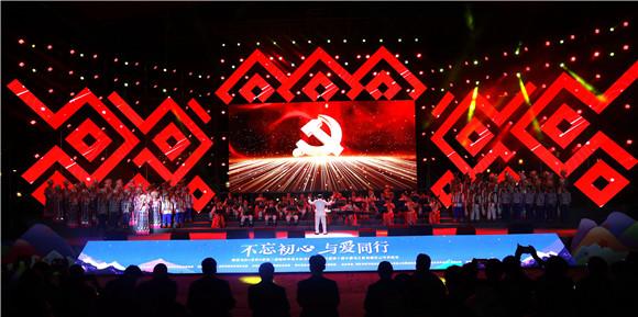 9腾讯为村x全民K歌第二届唱响幸福乡村活动启动仪式暨第十届中国乌江苗族踩花山节民歌会现场。通讯员 赵琴 摄